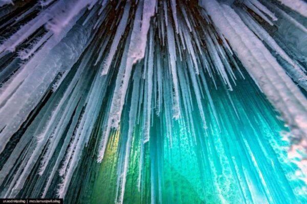 Зимние гроты на Байкале